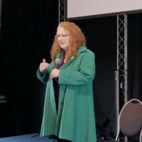 Profesora irlandesa hace comentarios infundados sobre efectos a largo plazo de las vacunas ARNm